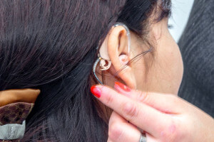 Примерка слухового аппарата